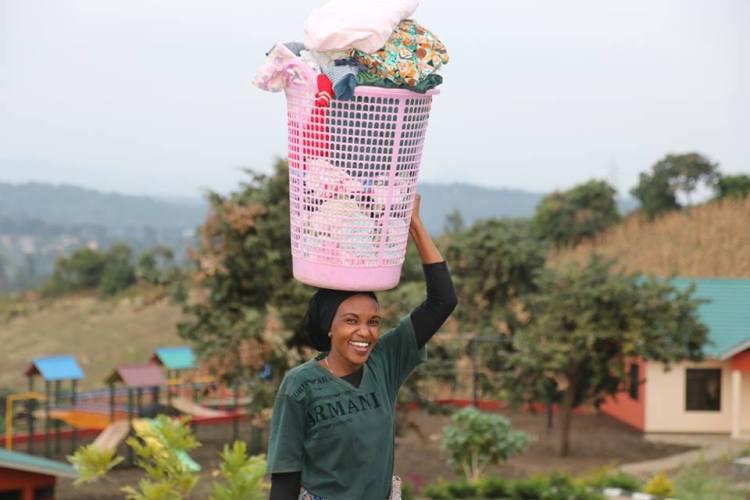Bild Nanny mit Wäschekorb auf dem Kopf Neema House
