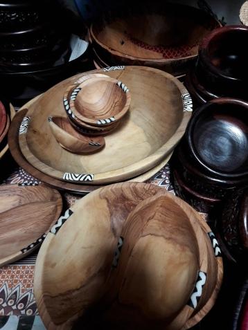 Holzschüsseln, klein 10 EUR, mittel/oval 15 EUR/groß 20 EUR